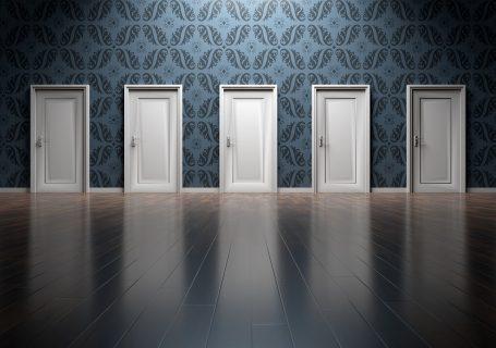 Eine Reihe von Türen in einer Wand