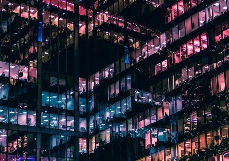 Fassade mit bunt beleuchteten Fenster